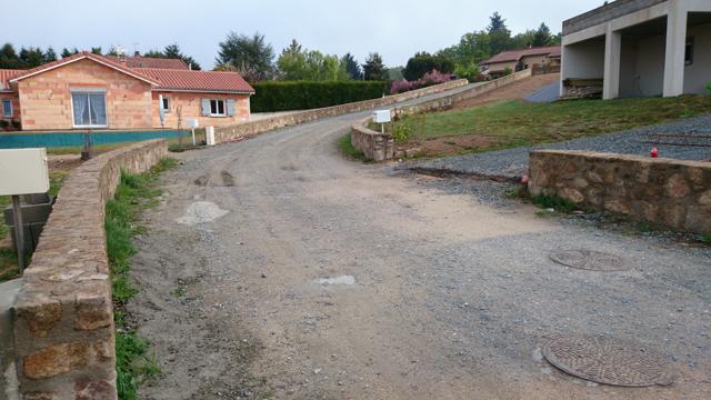 Construction de murs de pierre en clôture de parcelles de lotissement