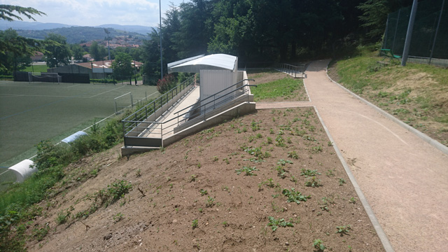 Construction de tribune sur talus au Stade de St-Genest-Lerpt