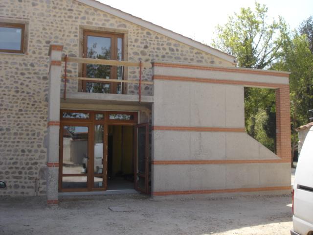 Escalier avec mur béton bouchardé decoratif à St Marcellin en forez