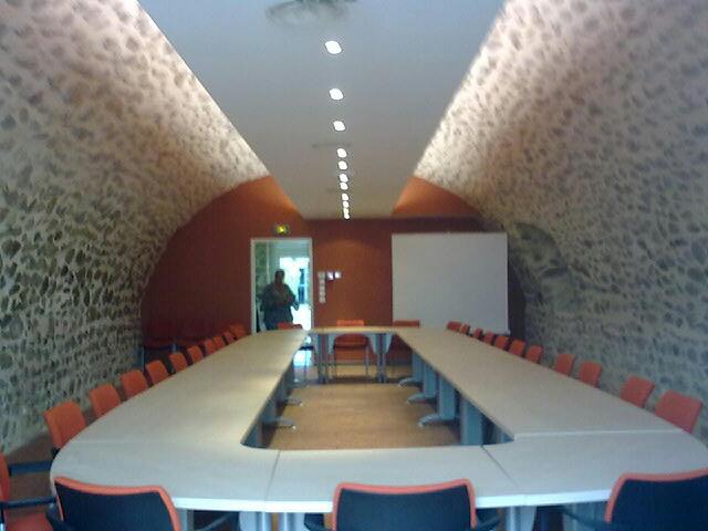 Façonnage des joints pierre sur salle voutée municipale à St Marcellin en Forez