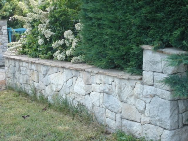 Mur bas de cloture en pierre de Blavozy