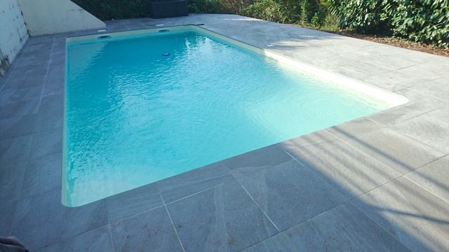 Réalisation d'une piscine avec plage en grès